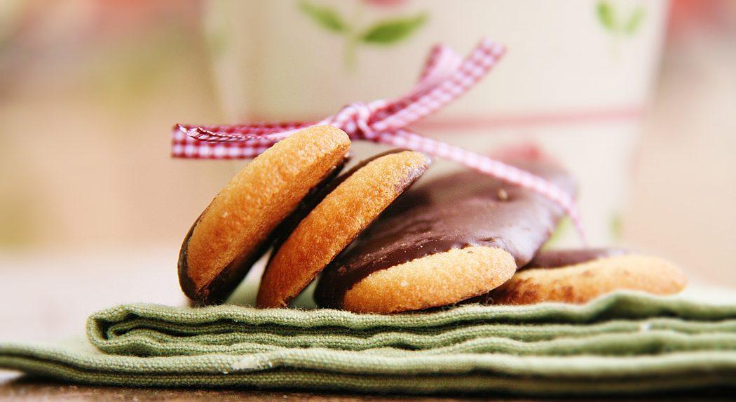 Ricetta Lingue Di Gatto Di Simone Rugiati.Lingue Di Gatto Al Cioccolato Al Latte Taste And Style